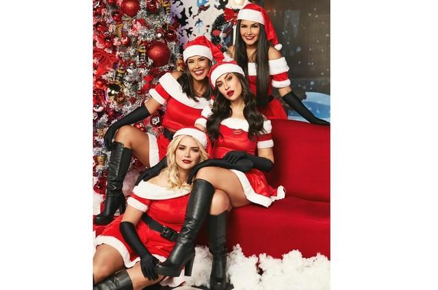 Bianca, Flay, Marcela e Ivy vestidas de mamãe-noel (Foto: Reprodução Instagram)