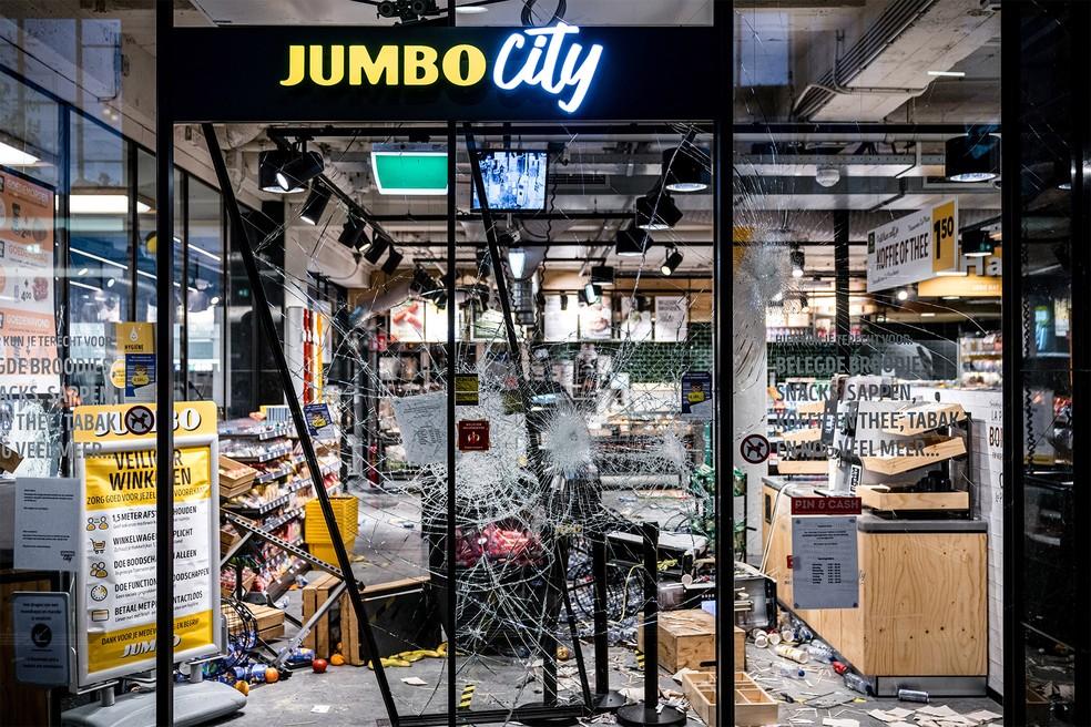 Loja foi atacada durante tumulto perto da estação de trem em Eindhoven, na Holanda — Foto: Rob Engelaar/ANP via AFP