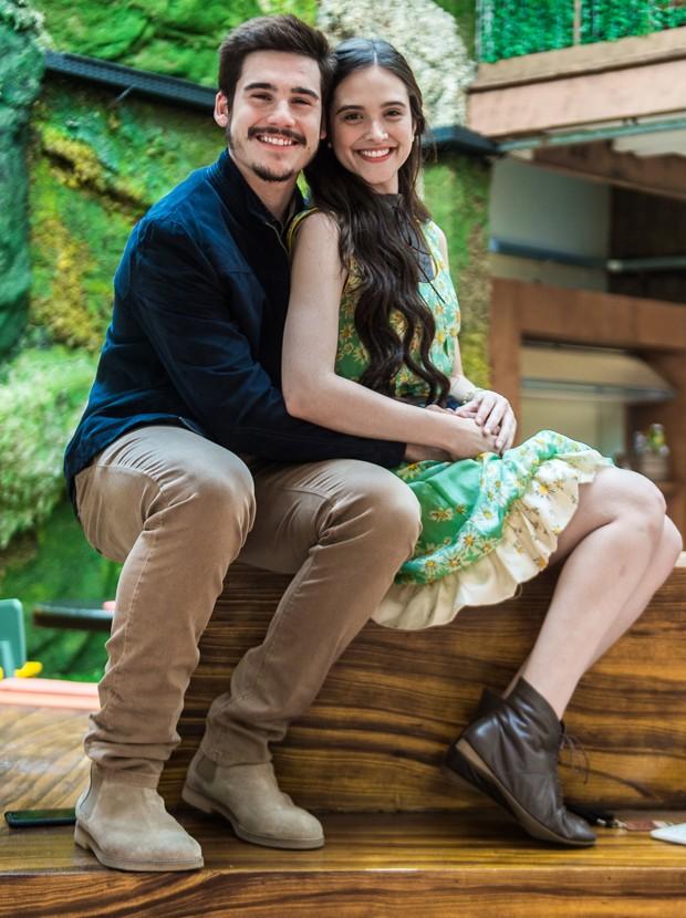Nicolas Prattes e Juliana Paiva formam par romântico em O Tempo Não Para (Foto: Raquel Cunha/TV Globo)
