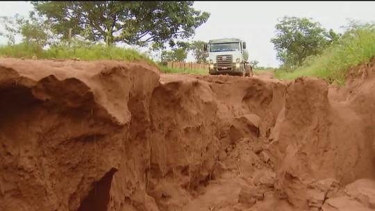 Moradores aguardam fim de obras e construção de ponte de estrada rural em Prata