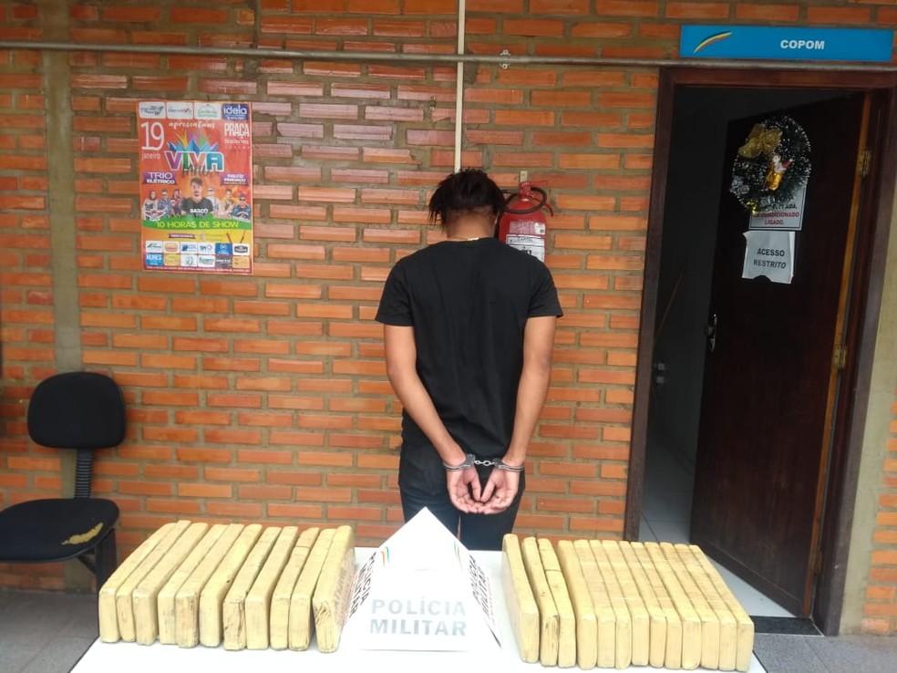 Droga estava escondida em uma mala e foi apreendida em Januária — Foto: Polícia Militar/ Divulgação