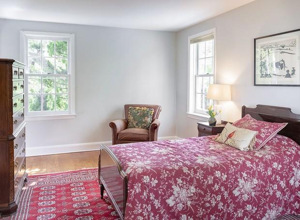 Tapetes persas e estampas nas colchas de cama colorem o ambiente (Foto: Ellis Sotheby's International Realty/ Reprodução)