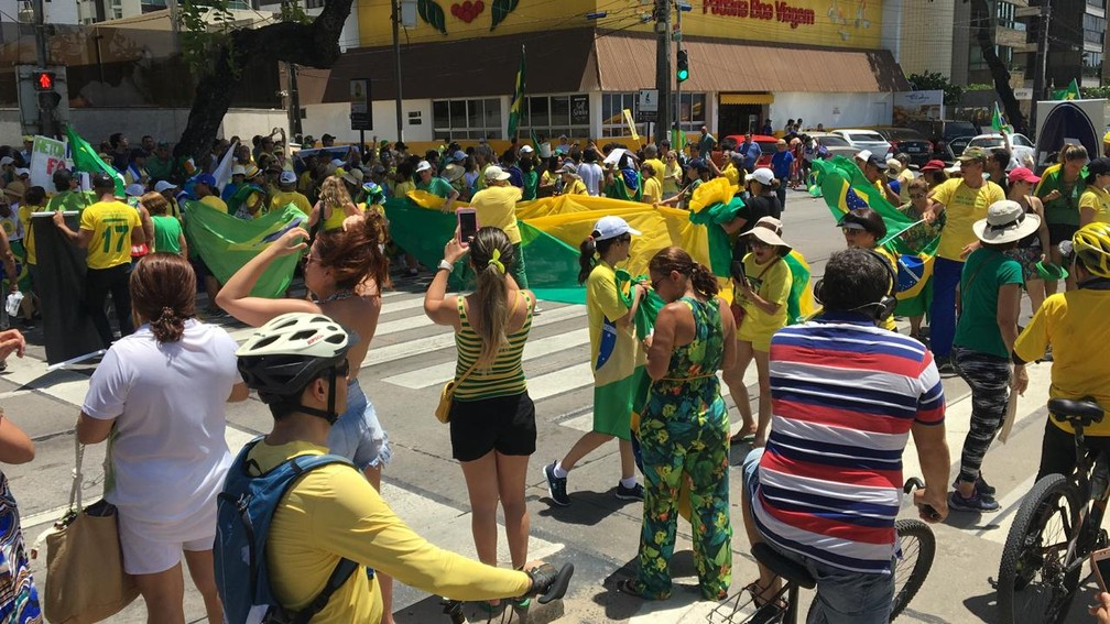 Manifestantes fazem ato a favor da Lava Jato e contra o STF na Avenida Boa Viagem, na orla do Recife, neste domingo (17)  — Foto: Elvys Lopes/TV Globo