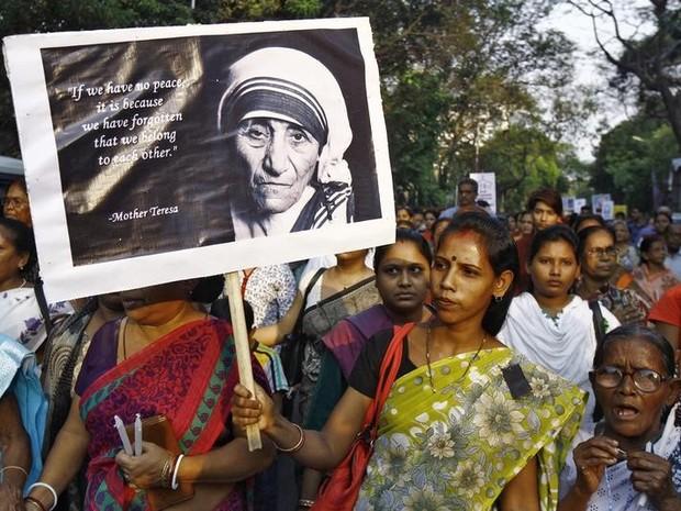 Indiana segura cartaz com a imagem de Madre Teresa de Calcutá (Foto: Rupak De Chowdhuri/AFP)