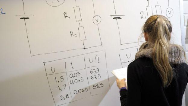 Em todas as escolas finlandesas, ali o filho do empresário e o filho do operário estudam lado a lado (Foto: AFP via BBC)