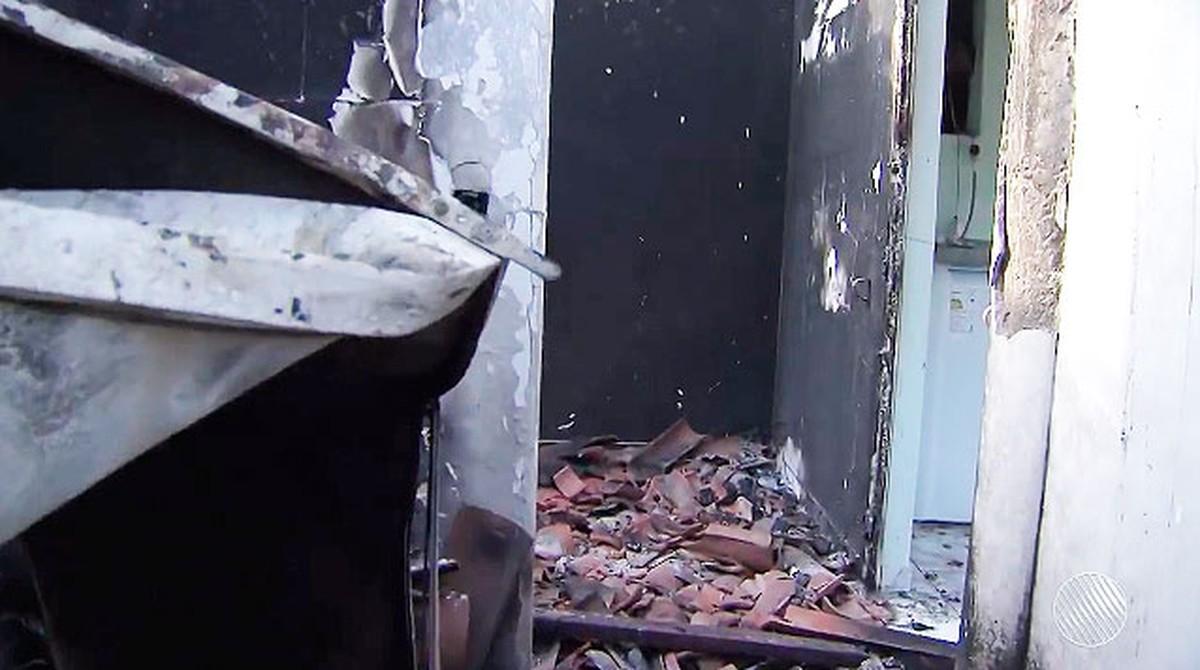 Grupo que ateou fogo em casa e matou mulher e criança seria comandado por adolescente; vítimas são sepultadas