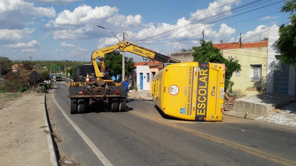 Ônibus escolar tombou após o motorista perder o controle do veículo, no Ceará. — Foto: Bruna Vieira/ SVM