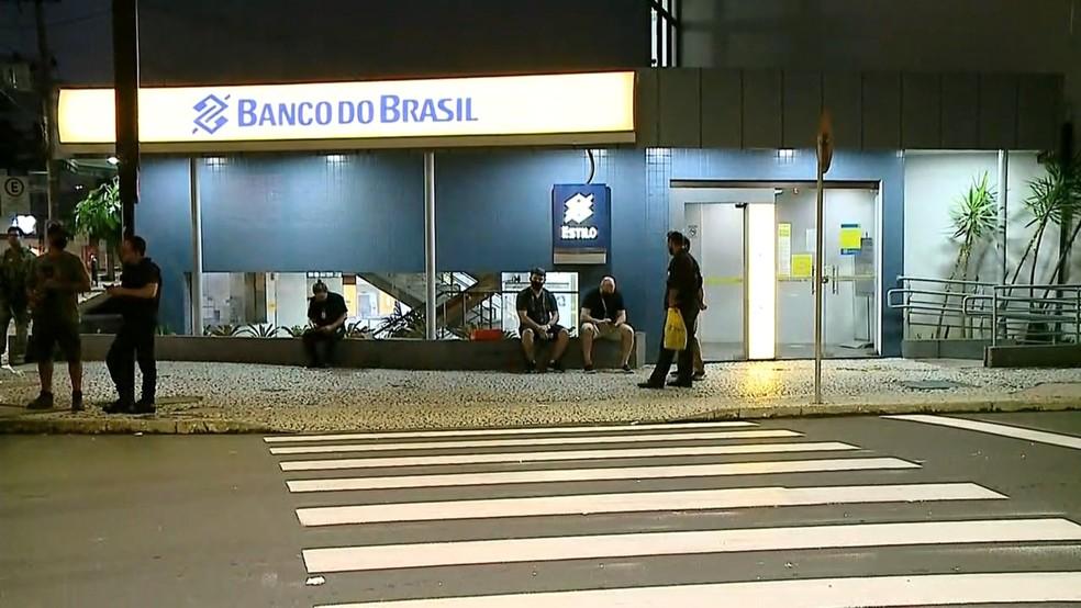 Bandidos invadiram a tesouraria regional do Banco do Brasil em Criciúma — Foto: Reprodução/ NSC TV