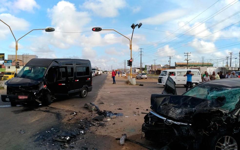 Acidente envolveu carro de passeio e van, em Feira de Santana (Foto: Ed Santos/ Acorda Cidade)