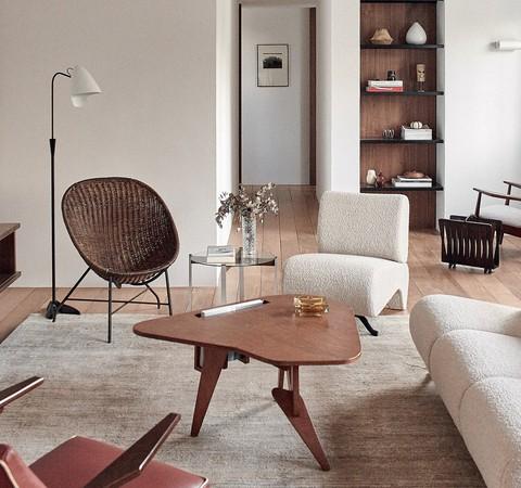 Apê minimalista de 127 m² ganha décor com referências mediterrâneas