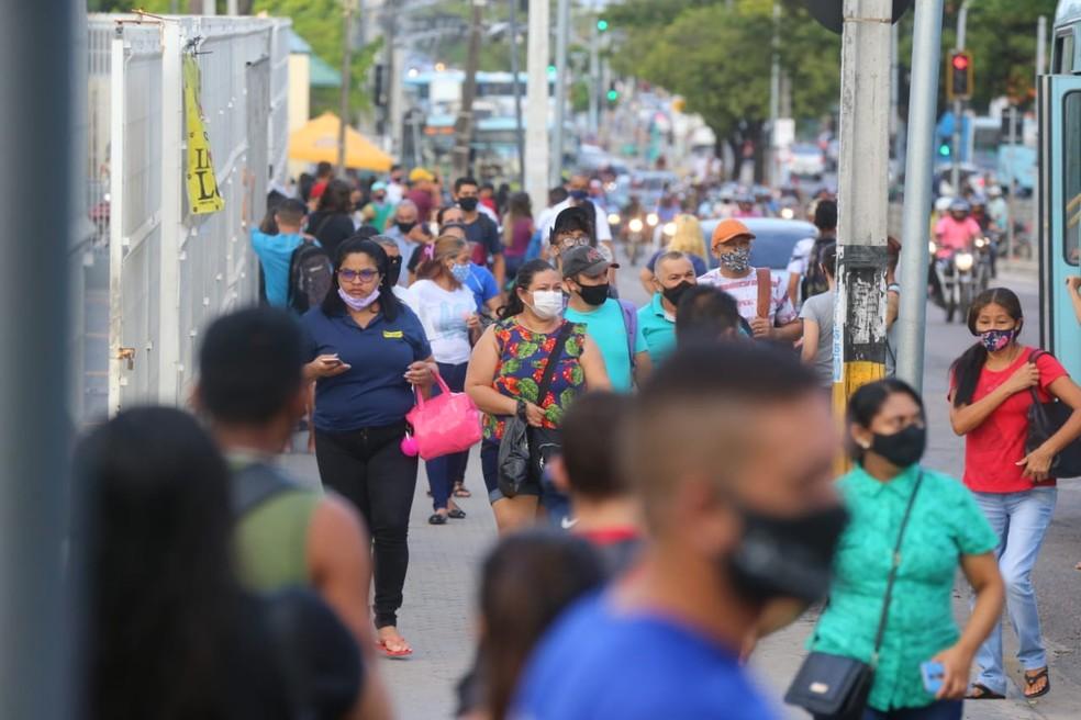 Passageiros lotam paradas de ônibus em dia de greve de motoristas em Fortaleza — Foto: Fabiane de Paula/SVM