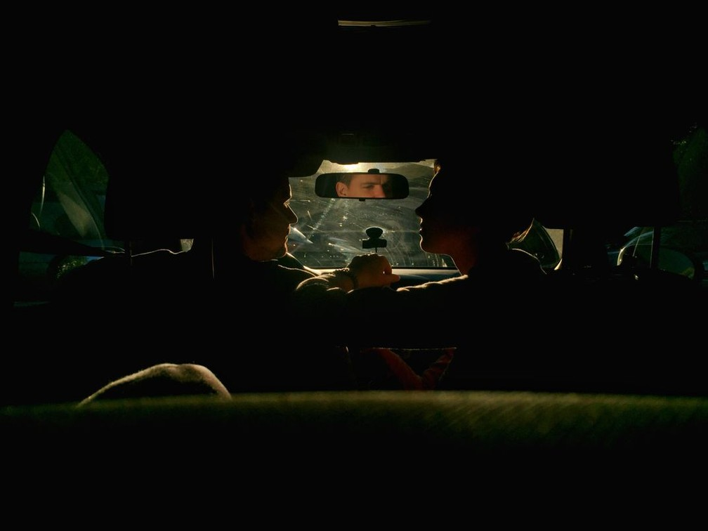Celular: Silhuetas de um casal em seu carro durante o pôr do sol foi a vencedora na categoria. A fotógrafa prendeu o celular na janela traseira do carro para fazer a foto — Foto: Victoria Gorelchenko via Smithsonian Mag