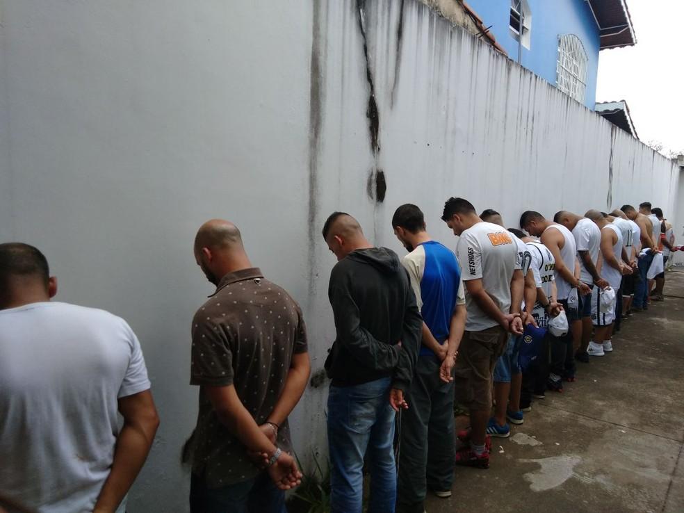 21 integrantes da Torcida Jovem dos Santos foram detidos  Itaquaquecetuba (Foto: Polícia Militar/ Divulgação)