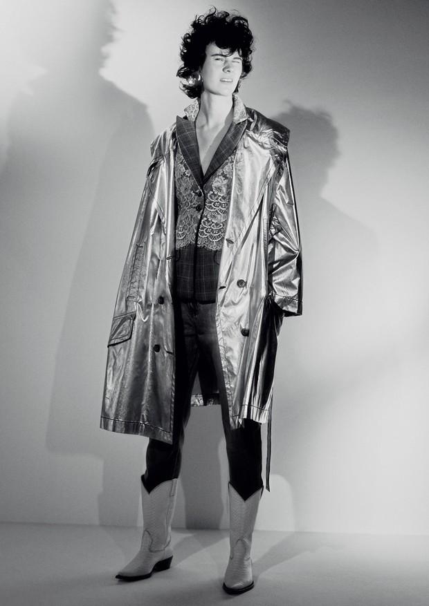 Jamily Meurer usa parka, R$ 2.970, À La Garçonne + L'OR, e blazer, R$ 3.230, À La Garçonne; calça, R$ 289, Maria Filó. Brincos, R$ 398, Rosa Chá, e botas, Waltão Boots.  (Foto:  Rafael Pavarotti)
