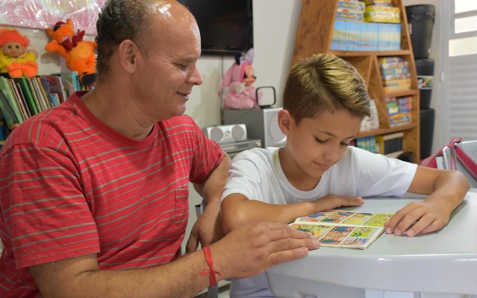 Tio Jeferson dedica a vida às aulas de reforço que oferece na garagem de casa em Ribeirão Preto (SP) — Foto: Pedro Martins/G1