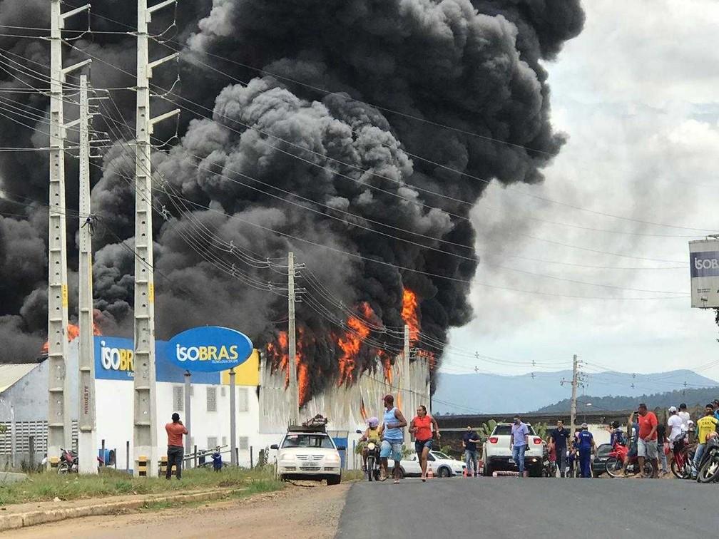 Segundo o  corpo de bombeiros, o incêndio  começou por volta das 11h da manhã e se espalhou de forma rápida por conta do material inflamável — Foto: Marcus Augusto Macedo