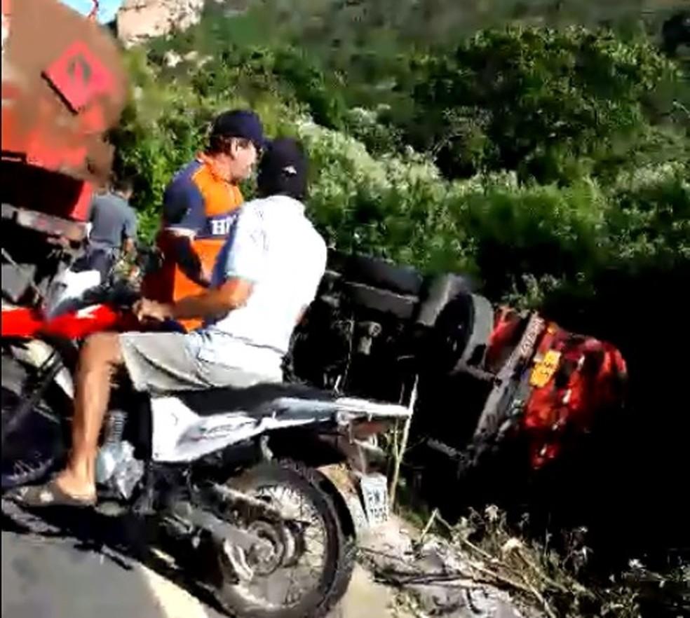 Caminhão-tanque tombou na subida de uma serra na cidade de Pereiro (Foto: Reprodução/TVM)