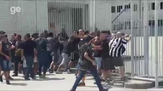 Grupo arromba portão e invade gramado do Nilton Santos; Botafogo cancela treino