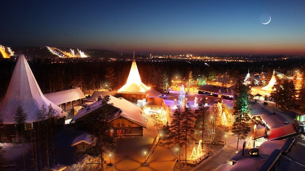 A Vila do Papai Noel, a 8 km de Rovaniemi, é um complexo de chalés em que funcionam hotel, restaurantes e lojas temáticas — Foto: Visit Rovaniemi/Divulgação