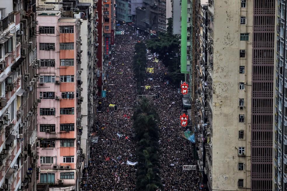 Foto de junho de 2019 mostra manifestantes marchando pelas ruas de Hong Kong contra o projeto de extradição  — Foto: Athit Perawongmetha/Reuters/Arquivo