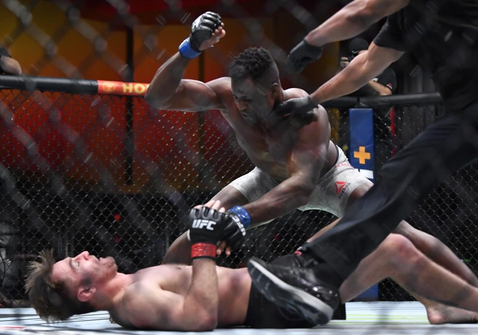 Francis Ngannou finaliza a luta contra Stipe Miocic no UFC 260 — Foto: Getty Images