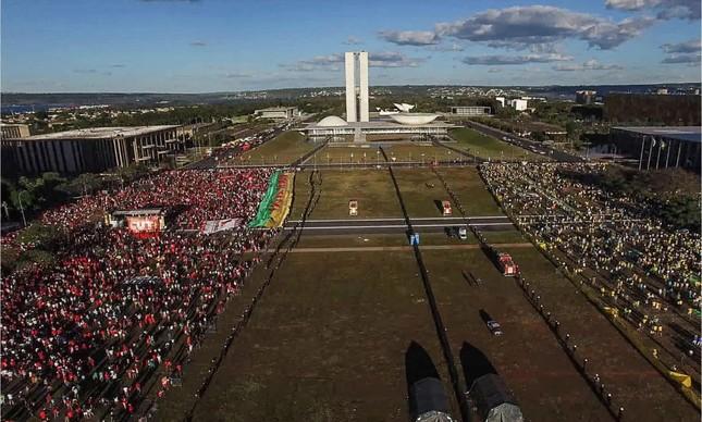 """Brasília dividida pelo impeachment no filme """"Democracia em Vertigem"""""""