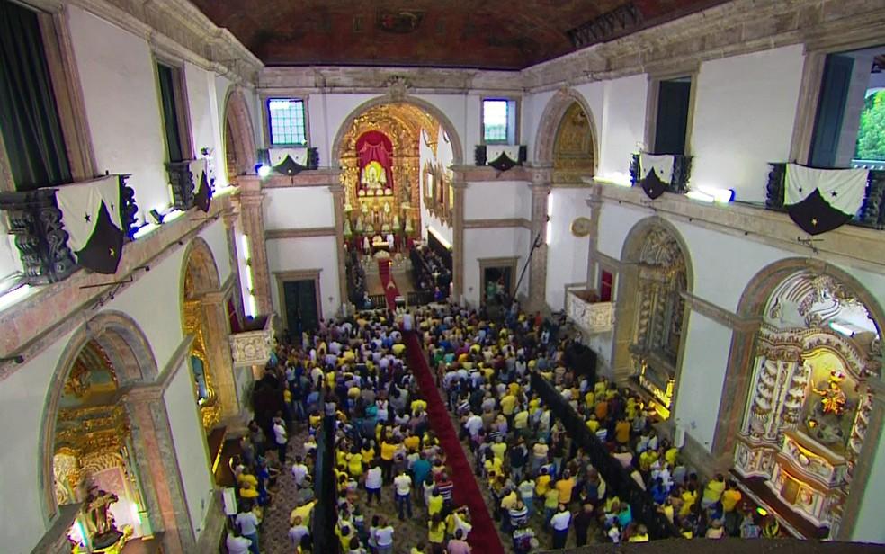 Basílica do Carmo amanheceu cheia de fiéis para as missas em homenagem à Padroeira do Recife (Foto: Reprodução/TV Globo)