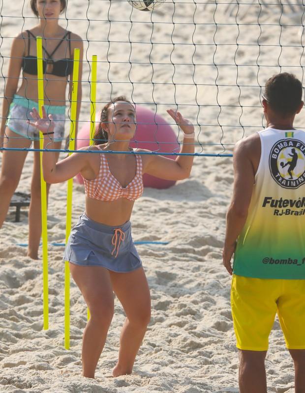 Larissa Manoela treina futevôlei em praia do Rio (Foto: AgNews)
