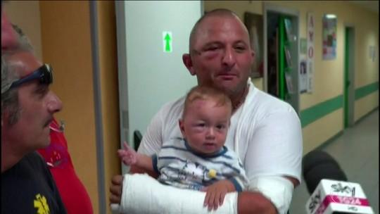 Pais se emocionam reencontrando filhos tirados de escombros em Ísquia