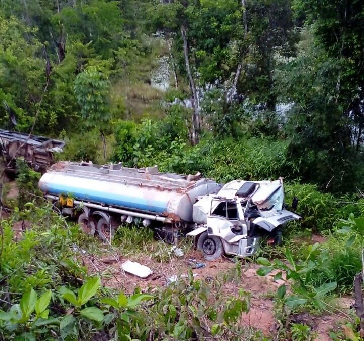 Caminhão-tanque cai em ribanceira próxima a Laranjal do Jari, no Amapá