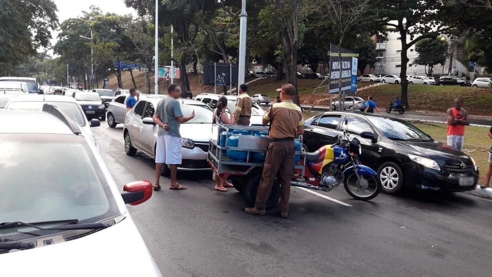 Acidente ocorreu na Avenida Garibaldi, sentido Lucaia (Foto: Júlio César/ TV Bahia)