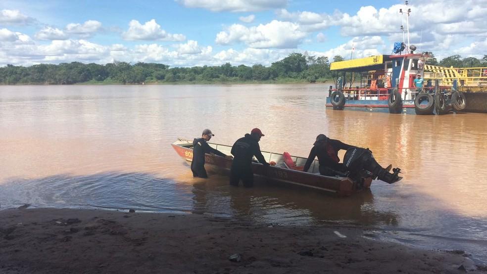 Corpo de Bombeiros iniciam buscas no Rio São Francisco, em Manga (Foto: Juliana Peixoto/Inter TV Grande Minas )