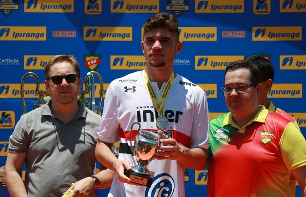 Morato recebe prêmio na base do São Paulo — Foto: Everton Silveira/Saopaulofc.net
