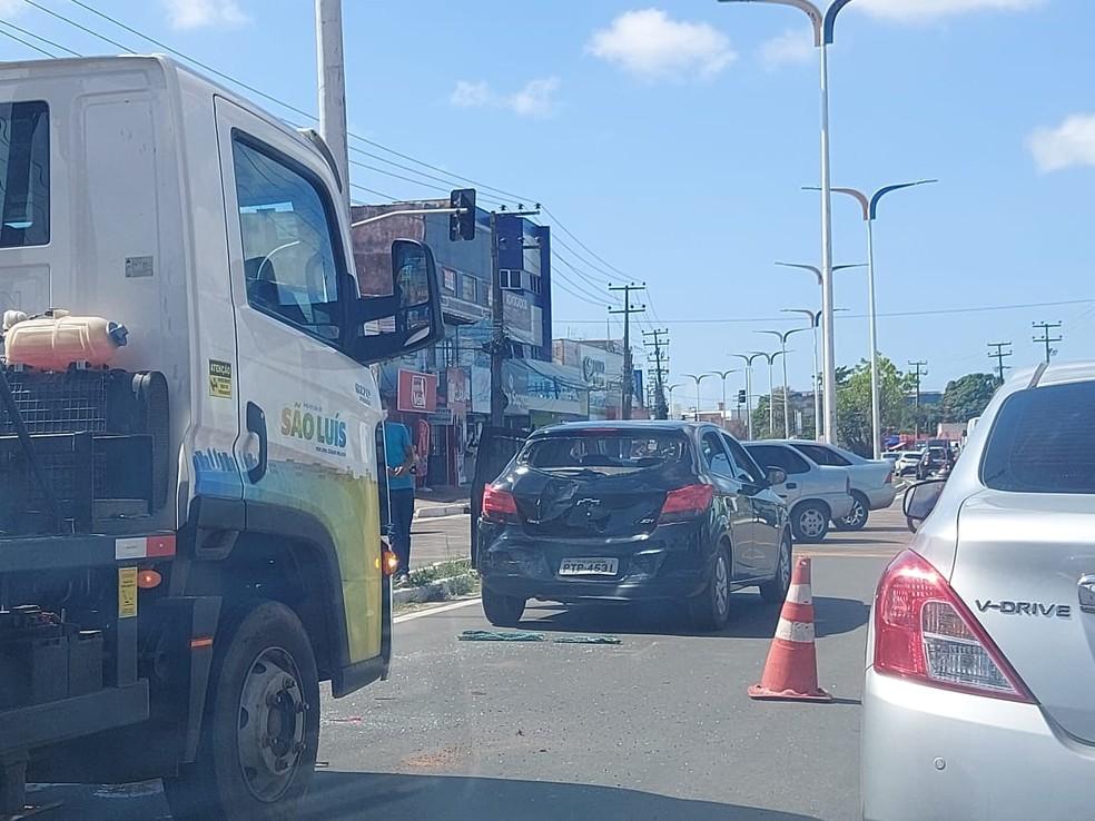 Acidente na região da Cohab deixou o trânsito lento na Avenida Jerônimo de Albuquerque — Foto: Rafael Cardoso