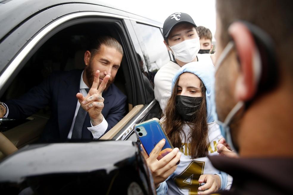 Sergio Ramos atende torcedores na entrada do CT de Valdebebas. Ídolo eterno do Real — Foto: REUTERS