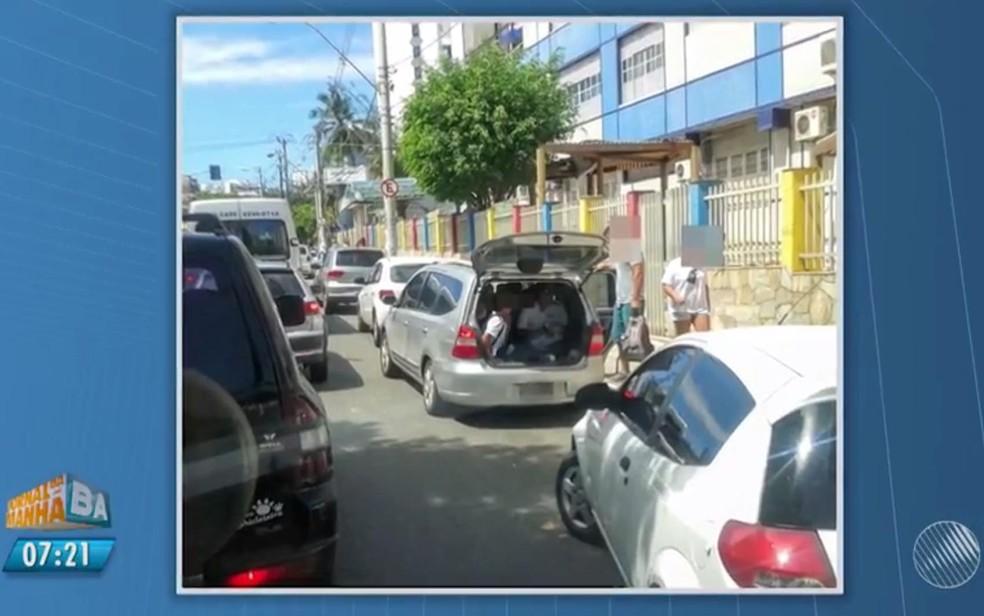 Crianças são levadas em porta-malas perto de escolas em Salvador (Foto: Reprodução/ TV Bahia)