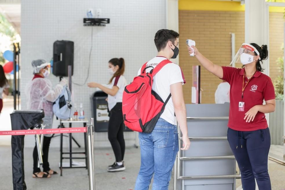 Estudantes retornaram hoje às aulas em escolas particulares de Fortaleza  — Foto: Camila Lima/SVM