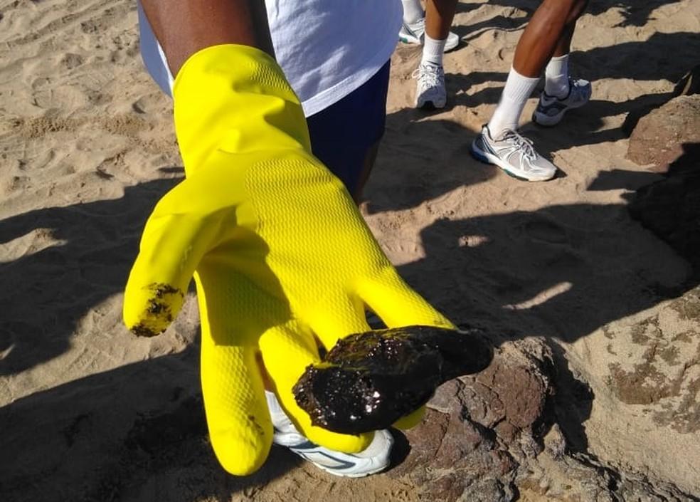 Mancha de óleo encontrada na praia do Farol da Barra em Salvador (BA) nesta quinta-feira — Foto: Divulgação/Marinha