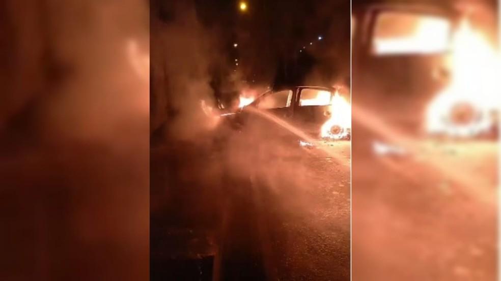 Criminosos colocaram fogo em carros durante assalto a fábrica de joias em Jarinu (SP) — Foto: Arquivo pessoal