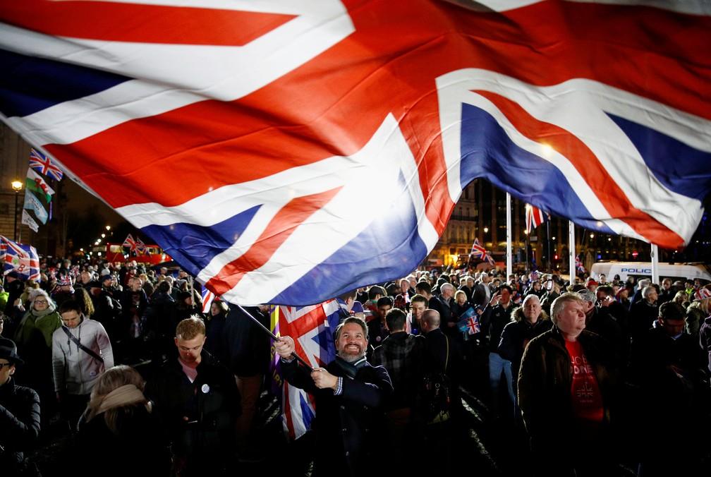 Em Londres, apoiador do Brexit agita bandeira em comemoração à saída do Reino Unido da União Europeia nesta sexta-feira (31) — Foto: Henry Nicholls/Reuters