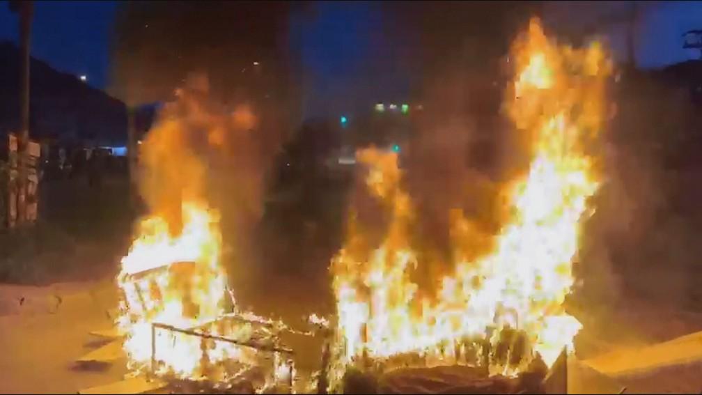 Moradores protestam contra remoções na comunidade de Rio das Pedras, na Zona Oeste do Rio — Foto: Reprodução/TV Globo