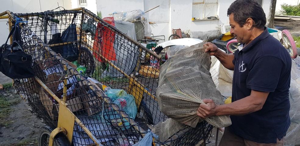 Eraldo é catador de material reciclável em São Pedro da Aldeia, RJ, e viu a renda duplicar depois que passou a usar app  — Foto: Rodrigo Marinho/G1
