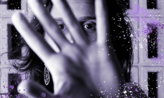 Mulher mostra mão em protesto contra violência doméstica