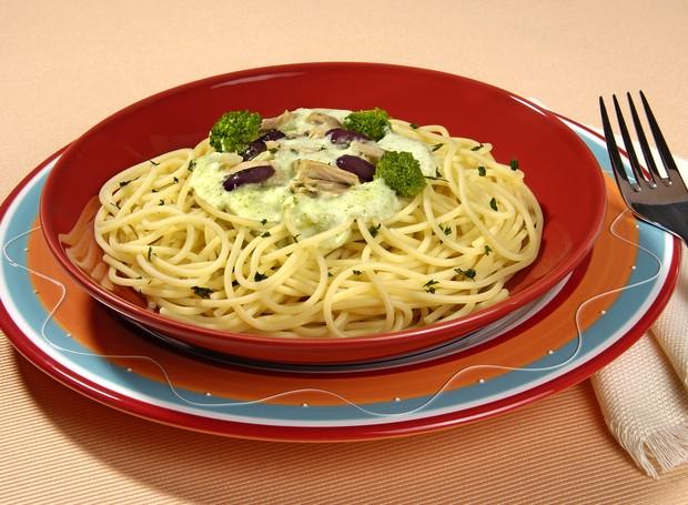 A receita de espaguete com molho de brócolis e atum fica pronta em 30 minutos (Foto: Divulgação)
