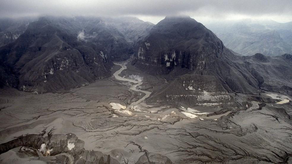 Resultado da erupção do Monte Pinatubo, nas Filipinas, em 1991: Campos soterrados por metros de cinzas (Foto: Getty Images via BBC)