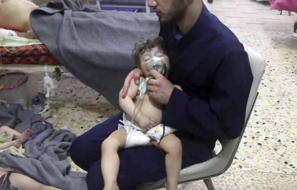 -  Criança é atendida após ataque na Síria.  Foto: Syrian Civil Defense White Helmets/AP