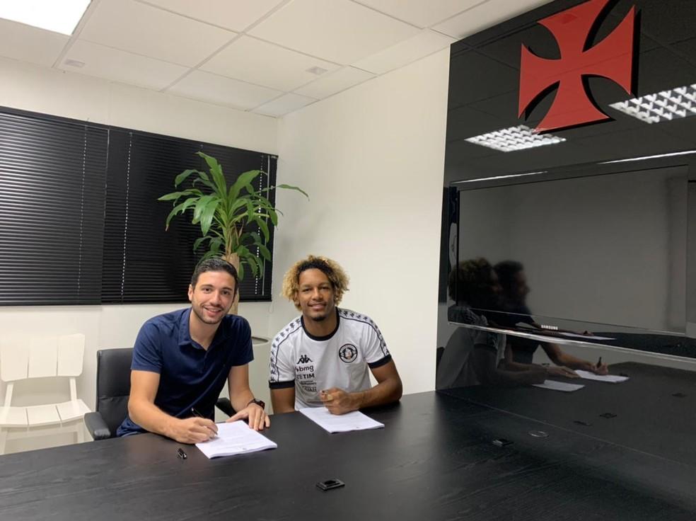 MT, ao lado de Alexandre Pássaro, assinou contrato até dezembro de 2024 com o Vasco — Foto: Raiana Monteiro/Vasco.com.br