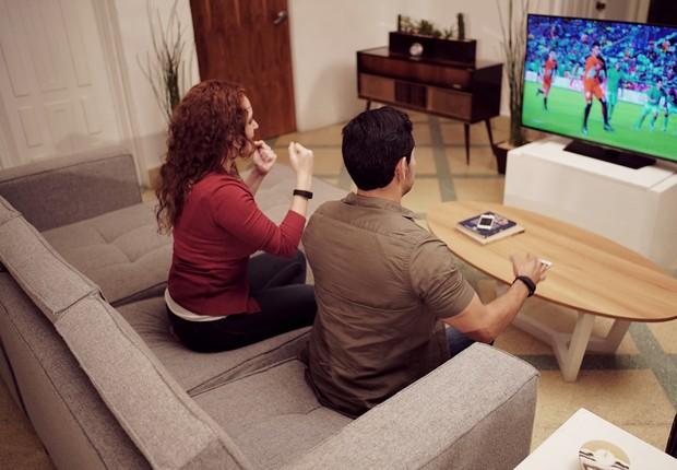Pessoas assistindo televisão (Foto: Divulgação/Fox Networks Latin America)