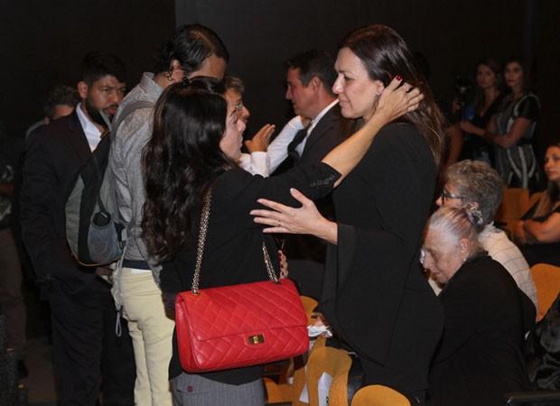 Ana Paula Padrão consola Veruska Boechat, viúva d jornalista (Foto: Amauri Nehn/Brazil News)