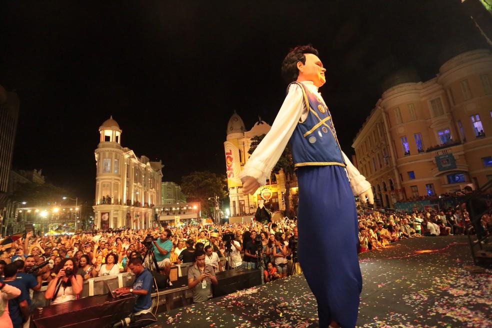 O palco do Marco Zero é o centro das atenções no carnaval do bairro do Recife. (Foto: Rafael Medeiros/G1)